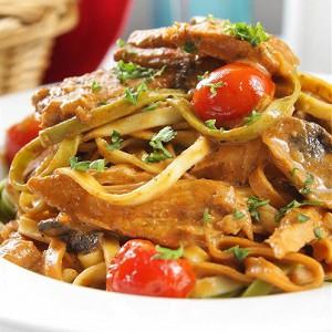Обжаренный тунец с овощными спагетти