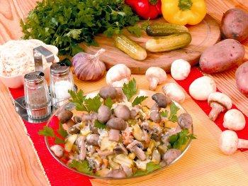 Салат из квашеной капусты с солёными грибами
