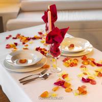 ужин с лепестками роз